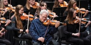 Violinist Itzhak Perlman performing with the BYU Philharmonic Orchestra in January 2020.